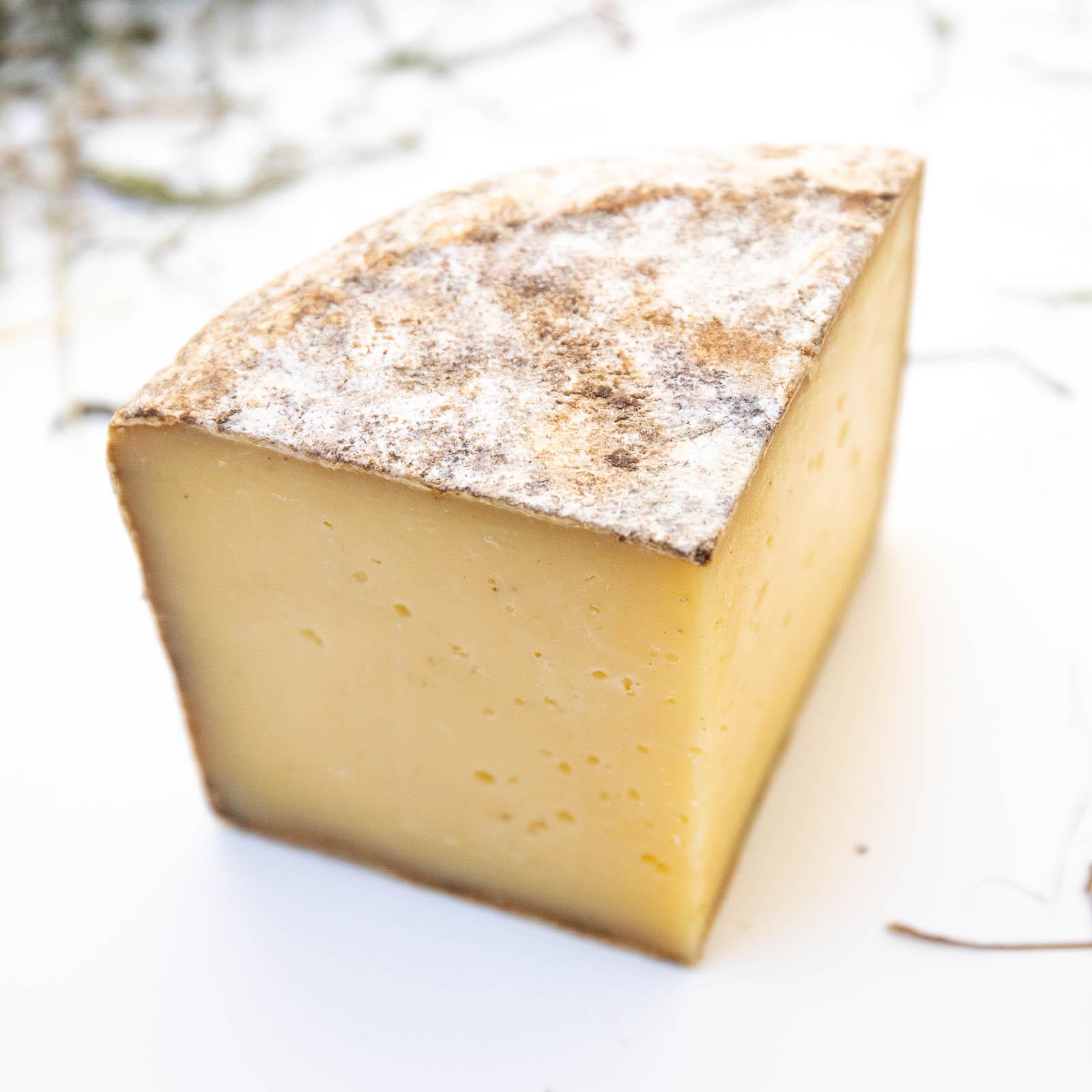 Fetta di formaggio affinato in grotta bio
