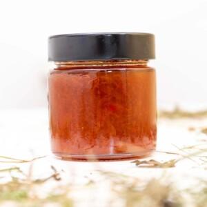 Polpa della marmellata di albicocche e peperoncino sul fieno