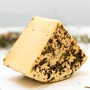 formaggio biologico a latte crudo affinato al fieno