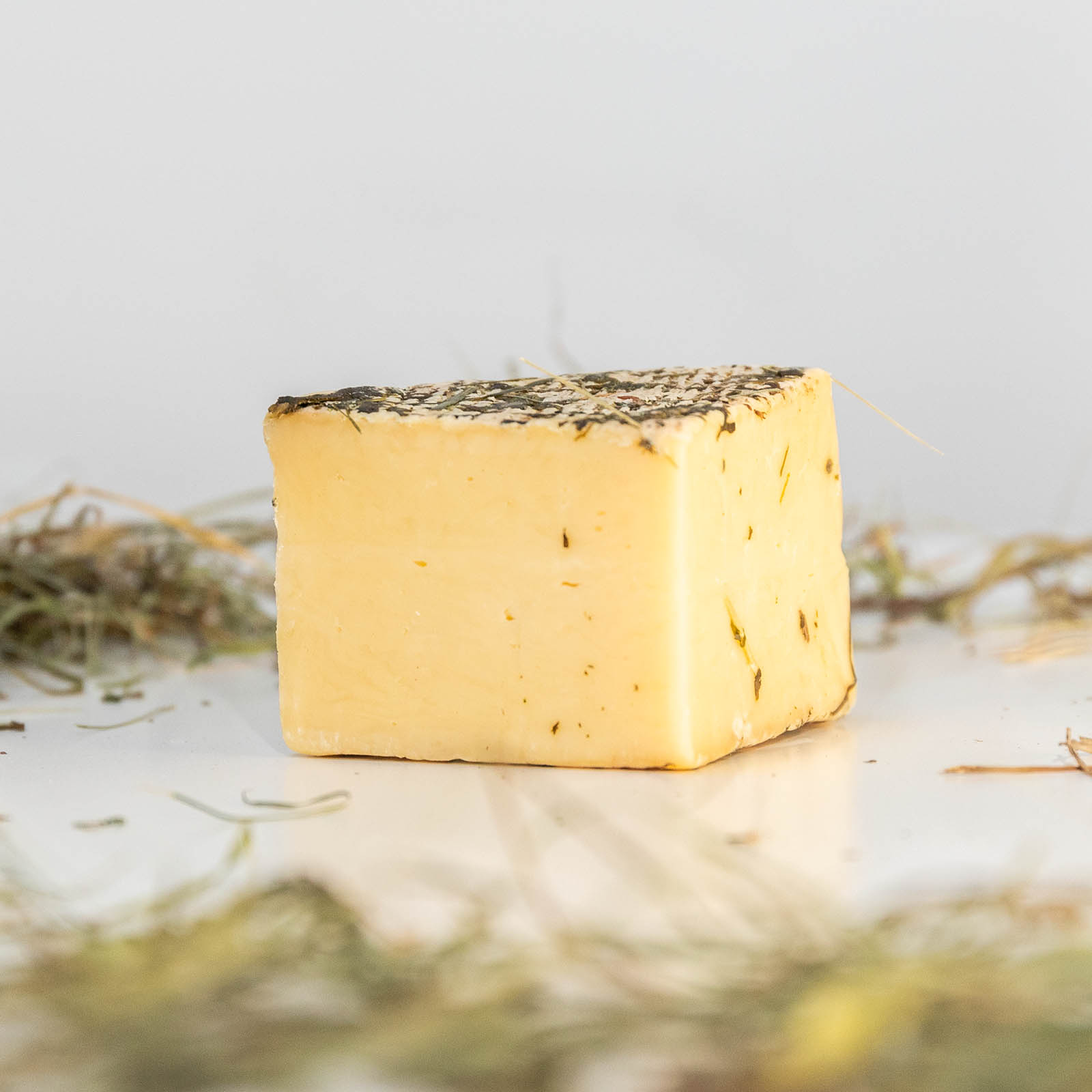 fetta di formaggio bio affinato al fieno