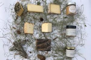 """Cesto """"Famiglia"""" con formaggio, salumi, miele e confetture biologiche del Bio Agritur Ciasa dò Parè"""